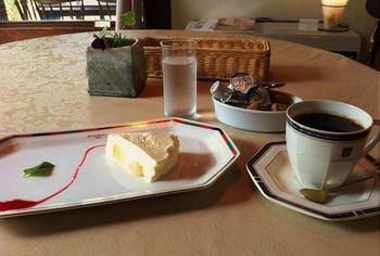 市街地から、別荘の滞在地からと、店を訪ねるひとが多いのです。画像は洋梨のチーズケーキとコーヒー。豆は丸山珈琲小諸店から取り寄せているそうです。