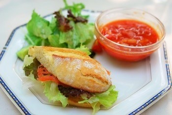 ランチメニューは、サンドイッチやキッシュなど。こちらはサンドイッチとトマトスープのセット。