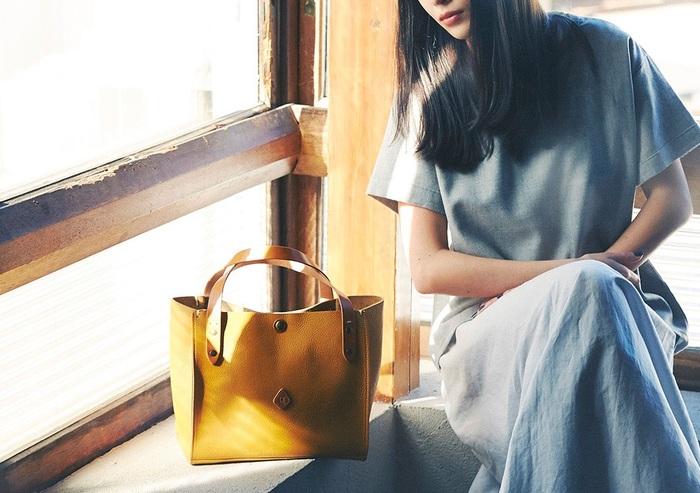 スクエアフォルムのAMO(アモ)シリーズのトートバッグは、クレドランの人気アイテム。 コンパクトなサイズ感ながら、収納力抜群です。シンプルなデザインなので合わせる洋服を選びません。 随所に施されたハンドステッチが、さりげないアクセントに。