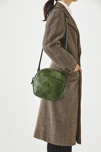 少しレトロな雰囲気が愛おしい、丸みのあるショルダーバッグ。きれいなグリーンですが、革の風合いで落ち着いた雰囲気に。クラシカルなツイードコートとの相性もばっちりです。
