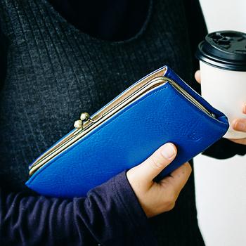 毎日使う財布は、見た目も機能性も大事。クラシカルな見た目が人気のがま口の財布は、ワンアクションで中身が取り出せたり、ポケットが充実していたりと機能性も申し分ありません。 丸みを帯びたフォルムはかわいらしく、ついつい手に持っていたくなるアイテムです。