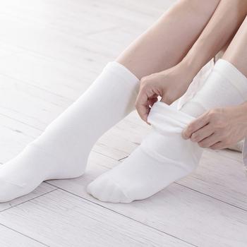 足元が冷える季節は、シルクとウールの靴下の重ね履き! 1枚目のシルクの靴下は、全体と指の部分が少し長めに作られているので、指の長い方や男性にもおすすめです。 スッと風が入ってくる感じもなくなり、やみつきになるあたたかさ。