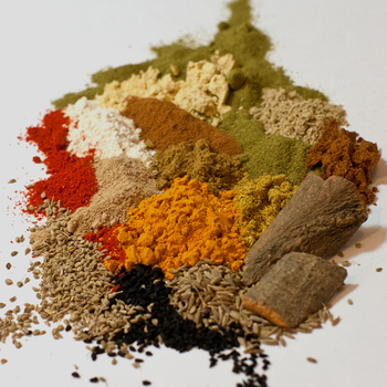こちらのNo.002は、「体にやさしい」をコンセプトに、薬膳効果の高いスパイスを組み合わせた豆カレー専用ブレンドです。カレーの本場インドでは、豆カレーはナンやチャパティと食べることが多いそう。でもこちらはお米とも合うよう日本人好みにアレンジされているので、ご飯で食べてもクリーミーな味とコクが存分に楽めるカレーになっています。