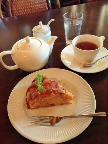 ポットで供される紅茶と「ダークアップルケーキ」。