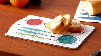 カッティングボードにのせるだけで、お料理のでき立て感が加わり、贅沢な印象に。おもてなしの際には、テーブルの上でカットしてもいいですよね。 ピクニックなどに持ち出してもオシャレなお弁当タイムが演出できますよ!