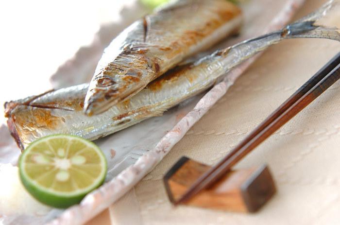 魚焼きグリルを使わなくても、フライパンで焼くこともできます。サイズ的には半身になりますが、味付けをして焼きたいときなどは特におすすめ。蓋をして焼くことで、中までしっかりと火が通ります。