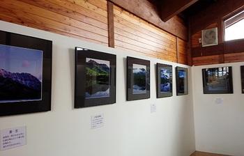 併設のギャラリーには、四季の戸隠を撮影した曽根原忠さんの写真や、バードカービングを常設展示。 気候が良い時期に屋外で「森の気功教室」が開かれることも。