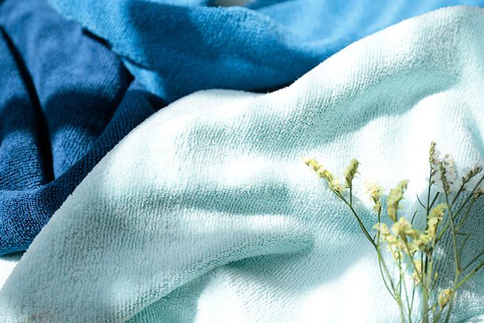 たっぷりの泡でこすらずに洗う、と聞いたことがある人も多いのでは?洗うときだけでなく、拭くときも同じように。ふわりとやわらかいタオルで、やさしく押さえるように水を吸わせてあげましょう。ゴシゴシは禁物ですよ。
