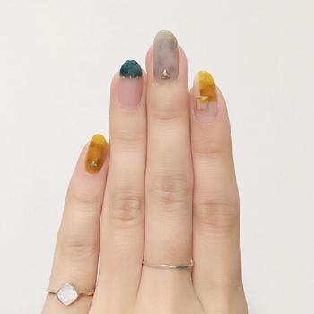 2つの異なるタイプ指輪を、個々の違う指につけるのもおしゃれですね。一番長く目立つ指である中指に細めのシンプルな指輪、小指にモチーフのついたアクセントになる指輪をつけているところがポイント。