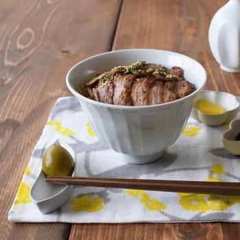 菊や四葉などさまざまな形の箸置きは、酢の物や漬物・薬味をちょこっとのせる豆皿としても使えます。 ユニークなバナナ型の箸置きは、カトラリーを置いても安定感があって、箸休めを添えてもオシャレ♪