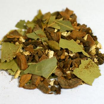 紅茶の茶葉とミルクを香辛料とともに煮出すチャイは、インドの庶民的なミルクティーとして日本でも人気ですよね。スパイスラックのチャイミックスは、ミルクティーを作るときにさっと加えるだけのお手軽パウダータイプと、茶葉と煮出すことで柔らかく華やかな風味が楽しめるホールタイプの2種類があります。