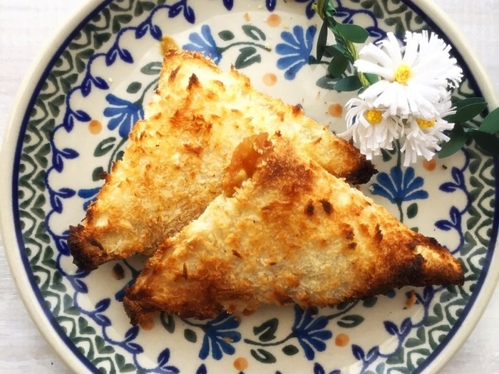 「魚焼きグリル」で食パンを焼くのもおすすめ◎こちらは、残りカレーと食パンをつかった焼きカレーパン!カリカリのパン生地は本物のカレーパンみたい!なのに、揚げるのに比べてとってもヘルシーです♪