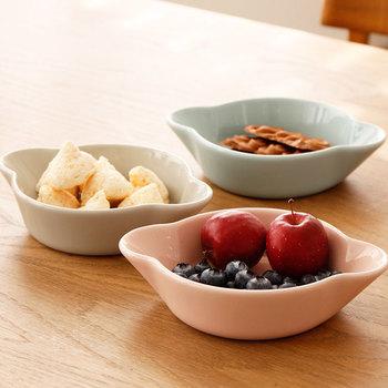 サイドに耳がある形×やわらかなパステルカラーが可愛らしい。汁物の取分けにも使える深さがあるので、スイーツから冬の鍋までどんな料理にもマッチします。