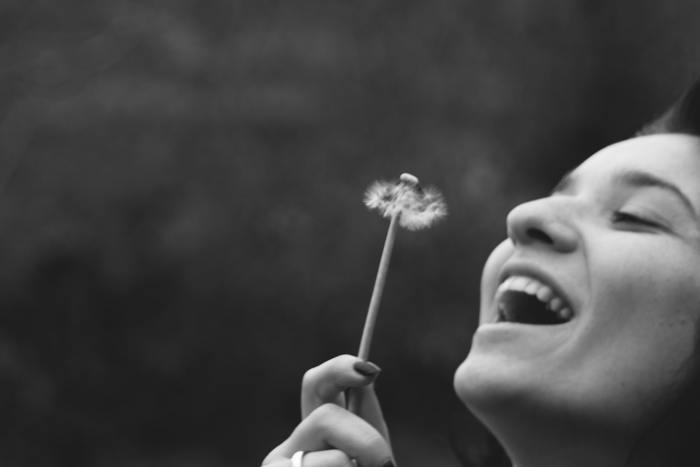 柔らかく穏やかで笑顔のかわいい女性は、他者との間に壁を作ったりせず、気さくで誰からも好かれます。笑顔は言葉の挨拶よりも、ずっとダイレクトに、他者に対しての心使いや礼儀として印象に残るのです。普段から笑顔を心掛けるだけで、自分や周囲のひとを和ませたり、明るい気持ちにさせてくれます。
