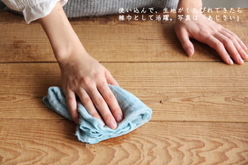 """テーブルの汚れをサッと拭きたい時、意外に気になるのがテーブルふきん。特に訪問先でテーブルを拭くふきんにまで気を使っているのを見ると""""ステキ""""って思いますよね。 奈良県の特産品「蚊帳生地」を2枚重ねにした薄手のふきんは、優しい色合いとふんわりした生地感がセンスの良さを感じさせます。"""