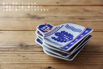 わずかに湾曲した豆皿は、4種類の花のこけしがモチーフ。テーブルに置かれているだけで思わす微笑んでしまいそうな可愛らしい豆皿は、エスニック料理やアジア料理を出すテーブルにも似合いそう♪