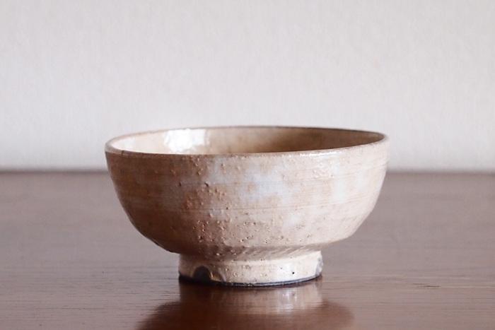 こちらのお茶碗は京都の「清水」で制作されたもの。白土の化粧掛けという技法を使い、うっすらとしたベージュが素朴で優しい雰囲気に。すっと手に馴染んでくれるので、毎日使いたくなってしまうお茶碗です。