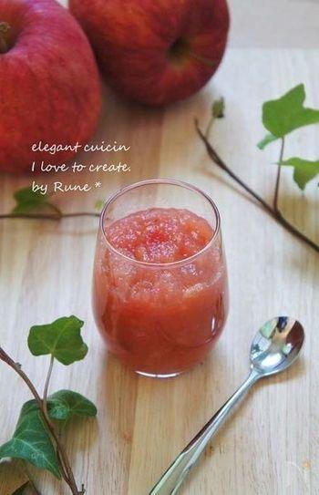可愛いピンク色は、りんごの皮も一緒に煮込んだから。甘さ控えめなので、冷蔵保存し早めに食べきりましょう。手作りだとお好みのスパイスを効かせられるのも良いですね。