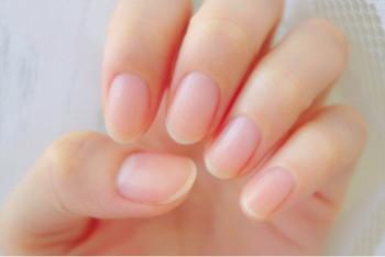 空気が乾燥する季節、お肌や髪だけでなく、実は爪も乾燥しています。ハンドクリームを塗ったときに一緒に爪にも塗ってあげましょう。そのとき、爪の生え際をマッサージするように塗りこむと健康な爪が生えやすくなりますよ。