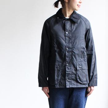 防水性、防寒性を重要視した生地と構造、スタンダードなデザインで長く愛されているのが「バブアー」のジャケット。本格的なアウトドアの他、タウンユースでも活躍してくれる一着です。
