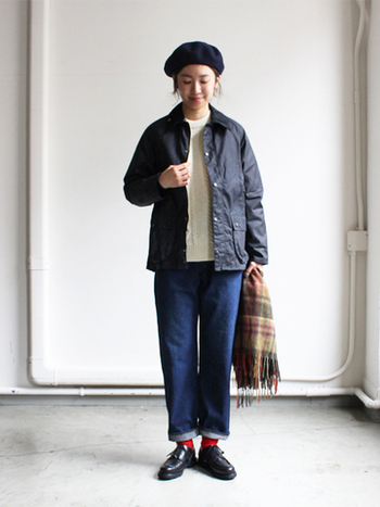 短めの着丈なら、ジャケット感覚で取り入れやすい。ゆとりのあるデニムに合わせてボーイッシュなコーディネートに。