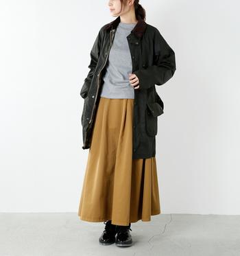 ロング丈のジャケットは体をすっぽりと包み込んでくれるゆったりとしたデザイン。ロングスカートを合わせて重めの重心を楽しむのも。