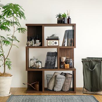 リビングや寝室などの広い壁面にオープンシェルフを置くと、空間に立体感が生まれます。モノをいっぱいに詰め込みすぎず、余白を活かしながら雑貨や本などを並べていけば、おしゃれ感のあるディスプレイに。