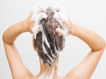 髪の乾燥を防ぐにはシャンプーでの洗い方も重要です。ポイントはたくさん泡立てて、なるべく髪をこすらないこと。髪ではなく地肌を洗うように心がけましょう。