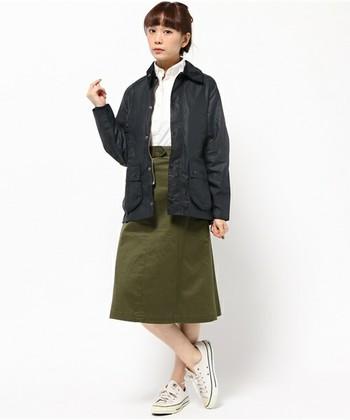 こちらもカーキとのコーディネート。台形スカートでキリリと女性らしく。足元のスニーカーも良く似合います。