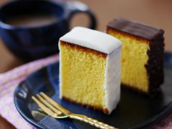 お菓子に使う砂糖はグラニュー糖や粉砂糖が一般的。一方、料理にはよりコクのある上白糖を使います。上白糖はグラニュー糖より高い吸湿性があるため、しっとり仕上げたいカステラなどの和菓子を作るのにも向いています。逆に、ビスケットやスポンジケーキなど軽い仕上がりにしたい焼き菓子にはグラニュー糖を。 また、上白糖は焦げやすい性質があるため、濃い焼き色をつけたくないお菓子作りにはグラニュー糖を選ぶと失敗しません。