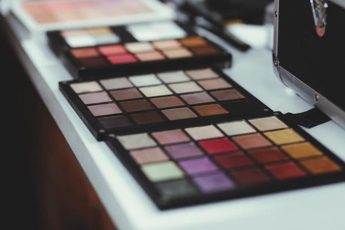 色白さんだったら青っぽいピンクや、紫かかったピンクのリップが血色よく見せてくれるカラーです。黄色っぽい肌色をしていたら、レッドローズなどの濃いめの赤。色黒さんだったらオレンジ色がキレイな印象を与えるカラーになります。