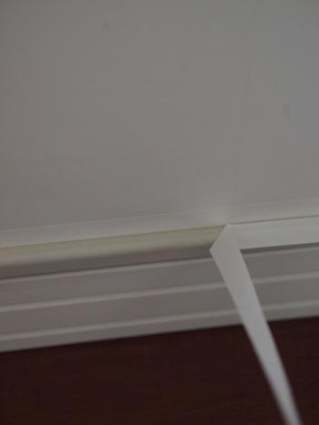配線カバーの色味が壁紙と少し違うときは、配線カバーの上にもマスキングテープを貼ってしまうとカムフラージュしやすくなります。
