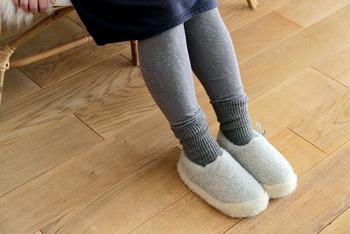1999年ポーランドで創業したALWERO(アルベロ)。ウールのファッション小物をはじめ、寝具まわりの製品を幅広く手掛けるファクトリーメーカーです。  そんなALWEROのつくるルームシューズは、中も外もぜーんぶウールでできていて、まるで雲の上を歩いているかのようにふわふわ。幸せな気分になれる心地よさです。足裏はラバーが張ってあり、滑りにくい工夫も。お客さま用にもいくつか揃えておくと喜ばれるはずです♪