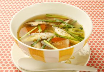冷えたからだをあたためてくれる しょうが、にんにく、ねぎ などをたっぷり使ったスープ。具材をたっぷり入れてもヘルシーなのがうれしいですよね。
