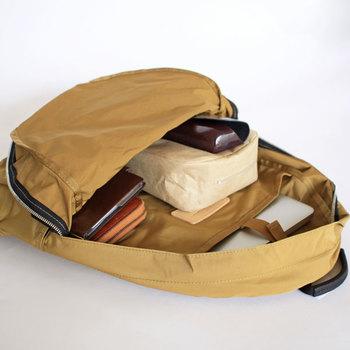 バッグに入れるときは必ず縦に収納します。バッグを開けた時にすべてのものが少しずつ見える状態であれば取り出しやすいですよね。また、財布や化粧ポーチなど必ず入れるものについてはバッグのどこに入れておくか、定位置を決めましょう。