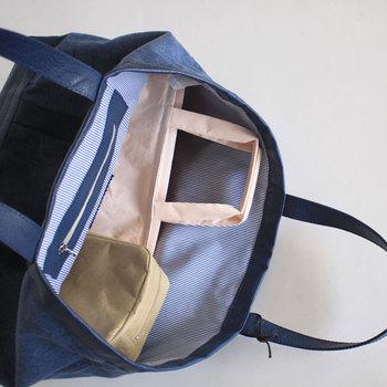 バッグにいくつかのポーチやお財布を入れるとき、大きな空間よりも仕切ってあるほうが定位置を作りやすいですよね。仕切りを目印にして前側にはこれ、後ろ側にはこれというように置き場所を決めてしまいましょう。仕切りにはクリアファイルやノートなどを使うと、書類を挟んだり折曲がらずにバッグに入れて置くこともできるのでより便利です。