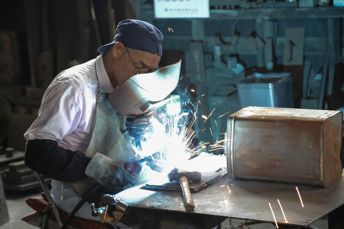 燕市に隣接している新潟県三条市も金属加工を中心に昔から栄えており、燕市とは相互補完の関係が深く、2000年代の市町村合併の際に「燕三条市」にしようとする動きもありました。