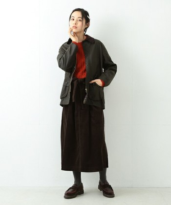 こっくりとしたブラウンのロングスカートに合わせたコーディネートは、インナーのテラコッタ色が今風。質感にこだわった組み合わせを楽しんで。