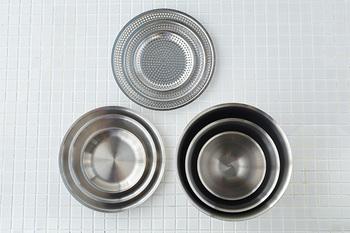 ボウルも丸バットも平ザルも、スッキリと入れ子式に重ねて収納できるので、それぞれすべてのサイズを揃えたくなりそう。なお、これらのシリーズは食器洗浄機や乾燥機の使用は可能ですが、IHや電子レンジの使用は不可となっています。