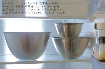 「まかないボウル」に「まかない丸バット」でフタをすれば、重ねて冷蔵庫に入れることもできます。これならラップ不要なうえに、すっきりと冷蔵庫に収まり、とっても便利。