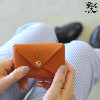 一枚の皮で作られた縫い目のない個性的なカードケースです。マチが取ってあるため、たっぷりと収納できます。