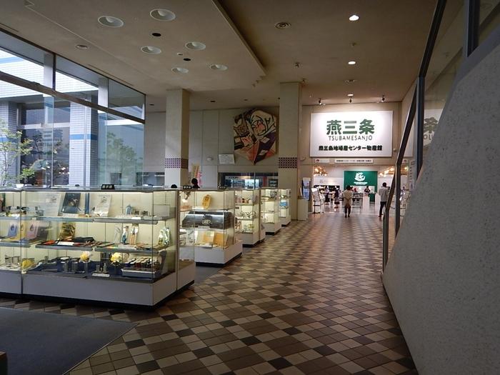 燕三条駅の燕側出口から徒歩5分の距離にある「燕三条地場産業振興センター」では、日本一の金物産地である「燕三条」の、約10,000点にもおよぶ洋食器や刃物、キッチン用品などが展示・即売されています。燕三条市は実現しませんでしたが、燕三条地域の特産品を産地価格で購入出来るとあり連日、多くの買い物客で賑わっています。