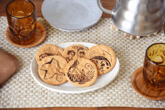 お客さんが来た時のお茶菓子として出すと、話題が盛り上がりそう。何の絵柄か当てっこしたり、しおりから群馬の歴史や名所について豆知識を知れたりと、何かと話題に事欠きませんね。