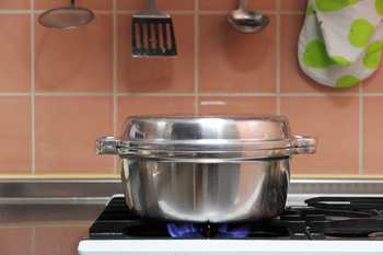 簡素なルックスながら、1鍋8役もの使い方も可能な生活春秋の「無水鍋」。とにかくいろんなお料理が簡単、美味しくできますが、実は白米を炊く道具としても最高のお鍋なのです。羽釜をヒントに作られた形は、鍋の中の温度を高温、均一に保ってくれるので、炊きあがりも早く、まるでかまどで炊いたような、しっかりと粒の立ったごはんが出来上がります。長年愛されている優秀な道具らしく、使えば使うほど頼りがいを感じそうです。