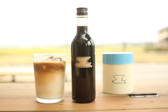 新潟県・燕市にある「ツバメコーヒー」で人気なのが、深煎りコーヒーに甘くなりすぎない程度にお砂糖を加えたコーヒーシロップ。手描きのままのラインを活かしたというツバメのロゴがキュートですね♪