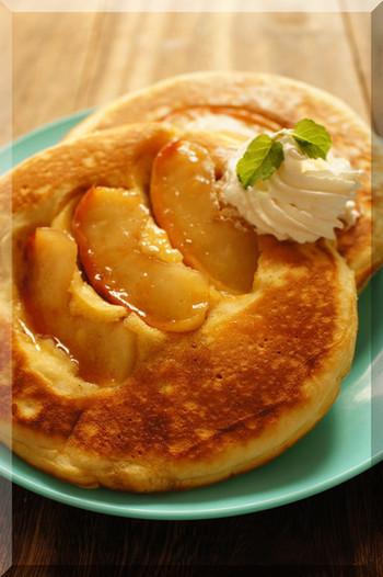 いつものパンケーキに、キャラメルと煮込んだりんごを組み合わせて食べるのはいかがでしょうか?季節限定ならではの、りんごのやわらかい食感と濃厚な風味を楽しめるスイーツです♪