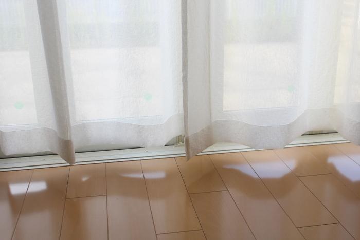 カーテンの洗濯は面倒そうに見えますが、洗濯機で洗って、元のカーテンレールに吊るして乾かすだけ。干す場所に困らないのがいいところ。天気のいい日の午前中に済ませましょう。