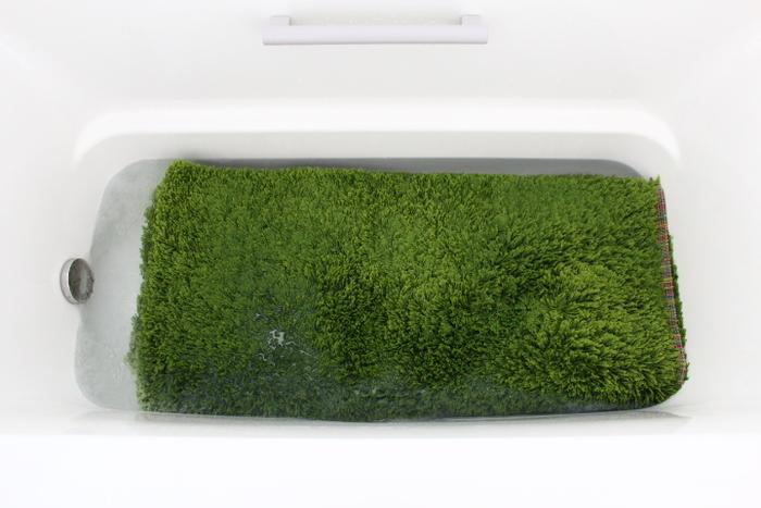 洗濯機では洗えない大きなラグは、お風呂の浴槽で踏み洗いします。3回ほどお湯を替えながら洗い、しばらく浴槽の縁にかけて水気を切り、その後外へ干します。お天気のいい日の午前中に終えたい作業です。
