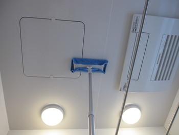手の届かない天井も、脚立など使わず、フローリングモップにマイクロファイバークロスをつけて。汚れを落とすパワーに優れ、吸水性も抜群のクロスが、面倒な天井掃除をあっという間にさっぱりと仕上げます。