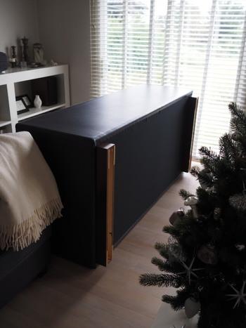 ソファは、座る部分のくぼみなどは掃除ポイントとして気づきやすいのですが、盲点はソファの裏。裏部分や脚にホコリがたまります。そこで、大掃除ではソファをバタンと倒して掃除機をかけましょう。